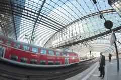 Pendlare i den Berlin järnvägsstationen Royaltyfri Fotografi