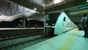 Pendlare i drevstation i Kuala Lumpur Malaysia arkivfilmer