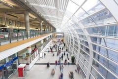 Pendlare i en flygplatsterminal Arkivbild