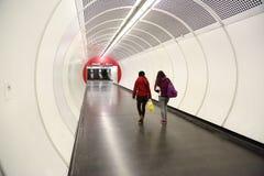 Pendlare i underjordisk station Royaltyfri Bild