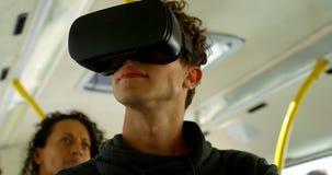 Pendlare som påverkar varandra med de, medan resa i bussen 4k lager videofilmer