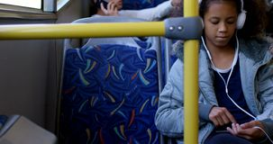 Pendlare som reser i bussen 4k lager videofilmer