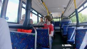 Pendlare som reser på en buss 4k stock video