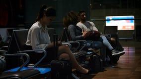 Pendlare som väntar i väntande område 4k lager videofilmer