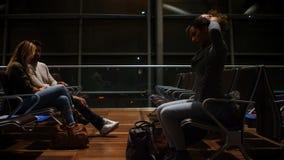 Pendlare som väntar i väntande område 4k arkivfilmer