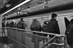 Pendlare som väntar på för New York City för gångtunneldrev stationen MTA royaltyfri fotografi