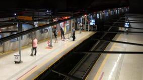 Pendlare stiger ombord och landsätter drevet på tunnelbanastationen för general Osorio i Rio de Janeiro, Brasilien arkivfilmer