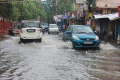 Pendler-Antrieb entlang einer überschwemmten Straße Lizenzfreie Stockbilder