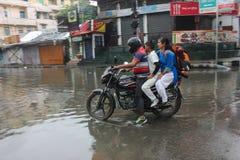 Pendler-Antrieb entlang einer überschwemmten Straße Lizenzfreie Stockfotografie