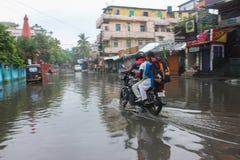 Pendler-Antrieb entlang einer überschwemmten Straße Lizenzfreies Stockbild