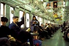 Pendler auf Untergrundbahn in Tokyo stockbild