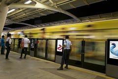 Pendler, der an der Bahnstation wartet lizenzfreies stockfoto