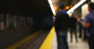 Pendler, die auf Zug auf U-Bahnplattform 4k warten stock video