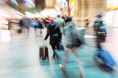 Pendler an einem Bahnhof mit Effekt des lauten Summens stockbilder