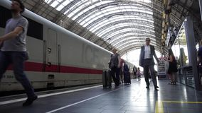 Pendler kommen zu hauptsächlichbahnhof Frankfurts hauptbahnhof an stock footage