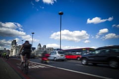 Pendler und Verkehr auf London überbrückt die Kreuzung der Themse Stockbilder