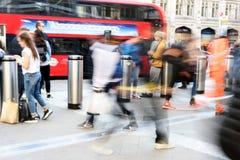Pendler an unscharfer Bewegung Londons Liverpool Straße Stockbilder