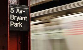 Pendling för drev för rörelse för tecken för Bryant Park NYC gångtunnelstation suddig som arbetar royaltyfria bilder
