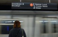 Pendling för kvinna för uttryckligt drev för New York gångtunnel i staden royaltyfria foton