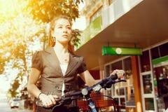 Pendling för ung kvinna på cykeln arkivbild