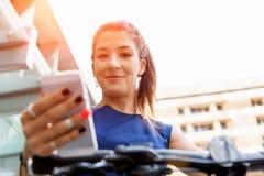 Pendling för ung kvinna på cykeln arkivbilder