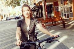 Pendling för ung kvinna på cykeln royaltyfria foton