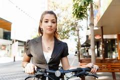 Pendling för ung kvinna på cykeln royaltyfri foto