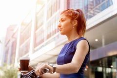 Pendling för ung kvinna på cykeln royaltyfria bilder