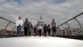 Pendolari e turisti sul ponte di millennio stock footage