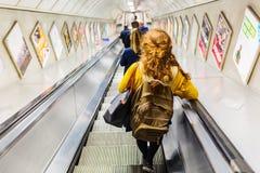 Pendolari occupati sugli elevatori di una stazione della metropolitana a Londra, Regno Unito Immagini Stock Libere da Diritti