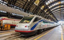 Pendolino snabbt vippande på drev på den Milano Centrale järnvägsstationen Arkivfoton