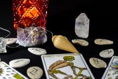 Pendolo di rabdomanzia con i cristalli Fotografia Stock