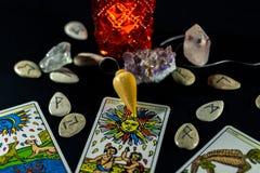 Pendolo di rabdomanzia con i tarocchi & le rune immagine stock
