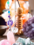 Pendolo e cristalli fotografia stock