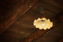 Pendre léger en métal antique du vieux plafond en bois de grange Photo libre de droits