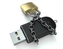 Pendrive aseguró con un candado y una cadena Concepto de la seguridad de los datos Foto de archivo