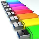 Pendrives redondos coloridos en fila en el fondo blanco Imagenes de archivo