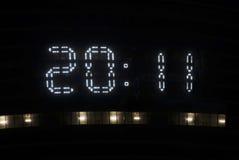 Pendule à lecture digitale sur une exposition 2011 de gratte-ciel Image libre de droits