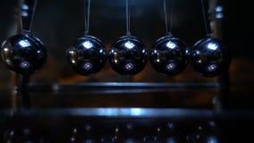Pendule du ` s de Newton Tir de mouvement lent du berceau 480fps d'un Newton clips vidéos