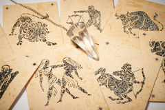 Pendule en cristal avec la carte de zodiaque Photo libre de droits