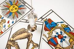 Pendule en cristal blanc avec des cartes de tarot Images libres de droits