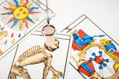 Pendule en cristal rose avec des cartes de tarot Photographie stock