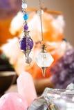 Pendule et cristaux photographie stock libre de droits