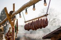 Pendurando salsichas de carne de porco fora em casa feitas imagens de stock royalty free