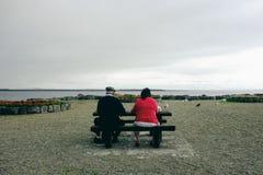 Pendure para fora na baía Salthill de Galway, tome uma ruptura e pássaros do relógio imagem de stock