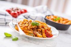 Pene italiano do alimento e da massa com sause bolonhês na placa foto de stock royalty free