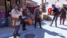 Penedono, Portogallo - 20170701 - - Drum e battito veloce w di Pipe Corp - suono giusto medievale video d archivio