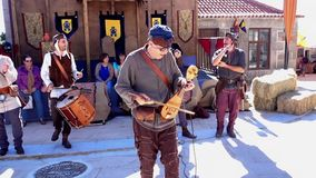 Penedono, Portogallo - 20170701 - - violino e tubi elettrici w - suono giusto medievale stock footage