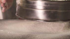 Peneirar a farinha atrav?s de uma peneira vídeos de arquivo
