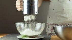 Peneirar a farinha no recipiente Fazendo a série da massa folhada video estoque